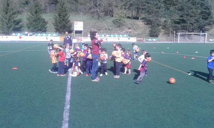 Nens i nenes gaudint del futbol