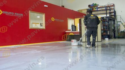 Mantenimiento y limpieza para suelos de resina en pavimentos industriales aplicados por Grupo Pavin
