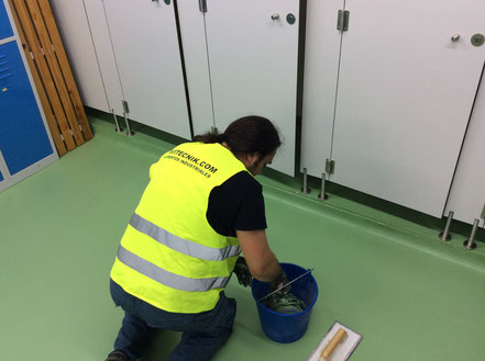 Masillado de irregularidades en el pavimento del vestuario