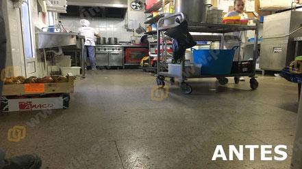 Estado inicial del pavimento industrial en la cocina antes de aplicar el suelo de resinas
