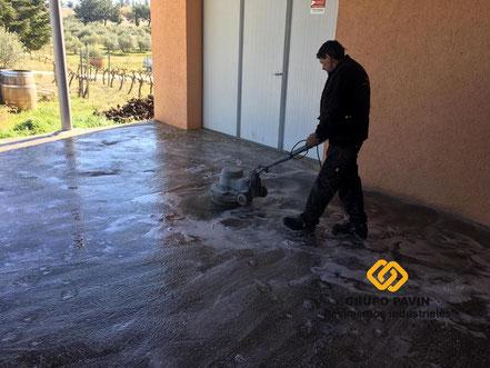GRUPO PAVIN - Pavimentos Industriales   Preparación del soporte mediante limpieza intensiva para eliminar restos de suciedad y abrir el poro.