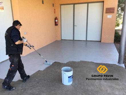 GRUPO PAVIN - Pavimentos Industriales   Aplicación de dos capas de epoxi base agua transparente o pigmentada para sellar el poro y proteger la superficie.