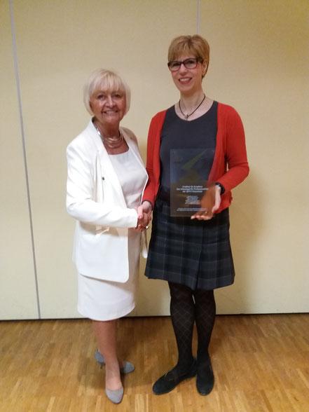 Cornelia Willius-Senzer und Jutta Reifenrath bei der feierlichen Übergabe der Auszeichnung