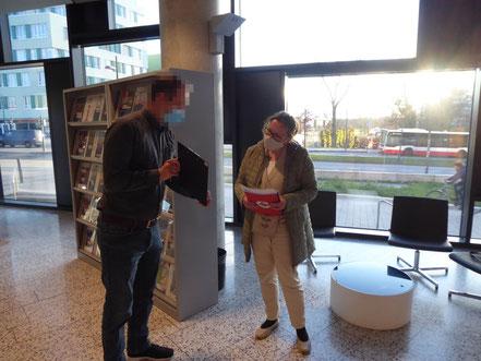 Katja Haack von der Dorfgemeinschaft Billwärder bei der Abgabe der Einwände in der BSW.