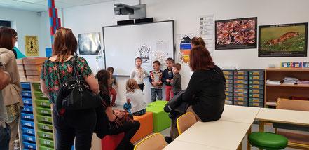 Ecole Jacques Lévine (69) Les enfants expliquent le fonctionnement de leur classe aux parents.