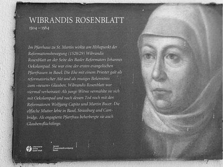 Die Gedenktafel neben dem Hauseingang erinnert an Wibrandis Rosenblatt