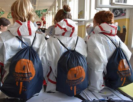 Es gab sogar für jeden einen Rucksack mit Snacks und Getränken, sowie Schutzanzüge und Masken!