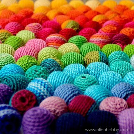Вязаные разноцветные бусины.