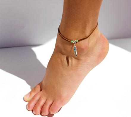 bracelet de cheville, bijoux de pied, bracelet de cheville lanière de cuir marron, bracelet de cheville plume argent, bracelet de cheville ethnique-chic, bijoux d'été, bracelet de créateur