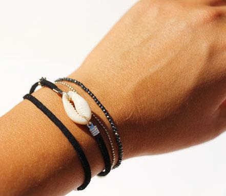 bijoux créateur, bracelet créateur, bijoux fait main, bracelet cuir, bracelet double touts, bracelet multi tours, bracelet cowrie, bracelet noir, bijoux été, bracelet été, bracelet cuir suédé, bracelet plage, bracelet coquillage, bijoux ethnique-chic,