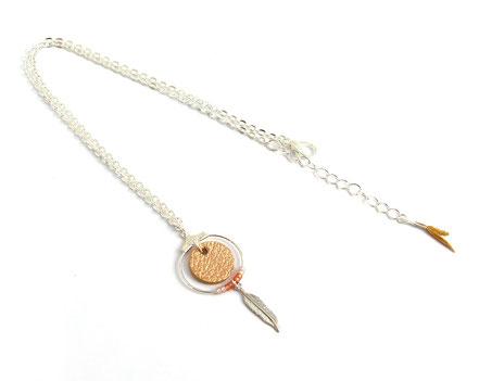 collier cuir, bijoux cuir, collier plume, collier argent, ras de cou, saumon brillant, collier chaîne, bijoux créateur, bijou fait main, bijoux ethnique-chic, collier élégant, bijoux soirée, bijoux fin, collier raffiné, collier court,