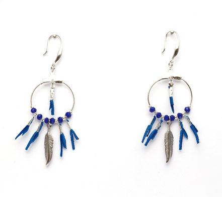 boucles oreille cuir, boucles oreille bleu et argent, boucles oreille plume, boucles oreille ethnique, bijoux fait main, bijoux ethnique-chic, bijoux raffiné, boucles d'oreille élégantes, bijoux cristaux de verre, bijoux franges de cuir, bijoux créateur