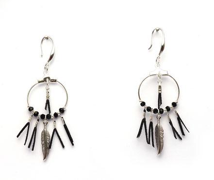 boucles oreille cuir, boucles oreille argent, boucles oreille plume, boucles oreille ethnique, bijoux fait main, bijoux ethnique-chic, bijoux raffiné, boucles d'oreille élégantes, bijoux cristaux de verre, bijoux franges de cuir, bijoux noir argent,