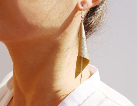 sarayana, bijoux fait main, boucles oreille cuir, bijoux cuir, jaune et argenté, bijoux élégant, bijoux raffiné, boucles oreille cône, boucles oreille arum, arum de cuir, bijoux soirée, bijoux fête, plaqué argent, bijoux  blanc et argenté, bijoux moderne
