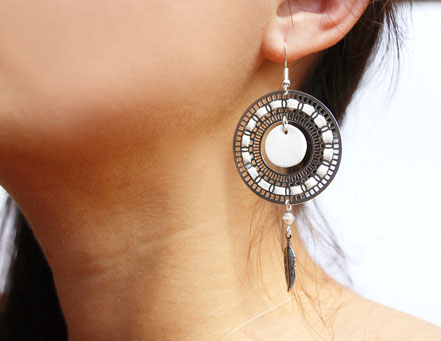 bijoux créateur, bijou fait main, bijoux cuir, créateur de bijoux, créatrice bijou, boucles d'oreille cuir, bijoux blanc, boucles d'oreille blanches, boucles d'oreille créôle, boucles d'oreille argent, bijoux plume, plume argent, sarayana,