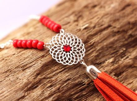 bijoux créateur, création bijoux, bijou de créateur, bijoux fait main, sarayana, sautoir bohème, bohème-chic, bijou coloré, collier hippie-chic, rouge et argenté,bijoux festival, sautoir pompons