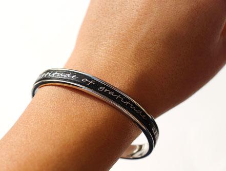 bracelet jonc, bracelet cuir, noir et argenté, bracelet lanière de cuir, bracelet à message, cadeau noël original