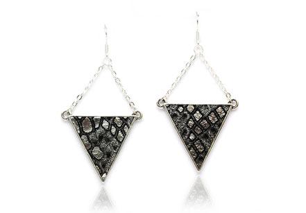 sarayana, création bijoux, créateur bijoux, bijoux cuir, boucles d'oreille cuir, boucles d'oreille triangle, boucle d'oreille géométrique, boucle d'oreille noir argent, bijoux fait main, boucles d'oreille soirée