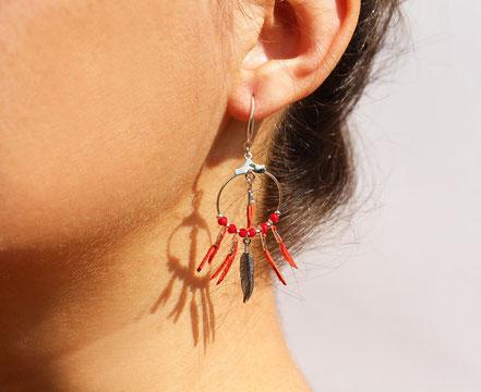 boucles oreille cuir, boucles oreille argent, boucles oreille plume, boucles oreille ethnique, bijoux fait main, bijoux ethnique-chic, bijoux raffiné, boucles d'oreille élégantes, bijoux cristaux de verre, bijoux franges de cuir, bijoux créateur, rouge