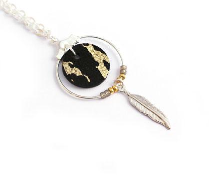 collier cuir, bijoux cuir, collier plume, collier argent, ras de cou, noir et doré, collier chaîne, bijoux créateur, bijou fait main, bijoux ethnique-chic, collier élégant, bijoux soirée, bijoux fin, collier raffiné, collier court,