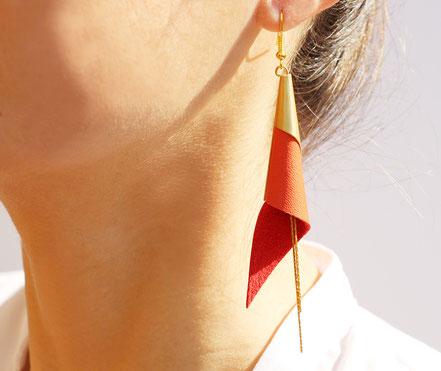 sarayana, bijoux fait main, boucles oreille cuir, bijoux cuir, rouge et doré, bijoux élégant, bijoux raffiné, boucles oreille cône, boucles oreille arum, arum de cuir, bijoux soirée, bijoux fête, plaqué or, bijoux rouge et or, bijoux moderne,