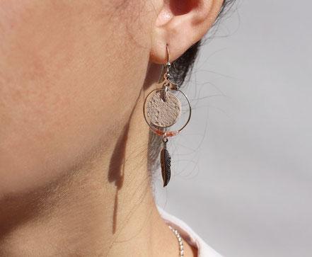 bijoux cuir, boucles d'oreille cuir, sarayana, bijoux rose poudré et argenté, bijoux doré, boucles d'oreille plume argent, bijoux ethnique-chic, bijoux fait-main, boucles d'oreille ethnique-chic, boucles d'oreille créôle, bijoux élégant, bijoux créateur