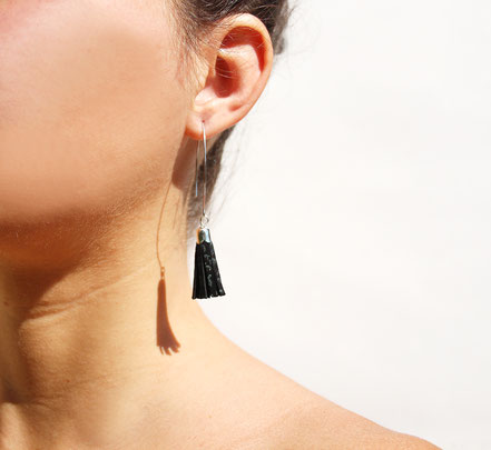 sarayana, création bijoux, créateur bijoux, boucles d'oreilles, boucles d'oreille pompon, pompon cuir, boucles d'oreille noir argenté, boucles d'oreille cuir, bijoux cuir, boucles d'oreilles gipsy, ethnique, bohême