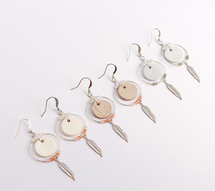 boucles d'oreille cuir, bijoux cuir, argenté, bijoux argent, créôle, boucles d'oreille ethnique, bijoux ethnique, bijoux fait main, boucles d'oreille plume, plume argent, sarayana, bijoux perle miyuki, bijoux élégant, bijoux femme, bijoux raffiné,