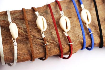 bijoux créateur, bracelet créateur, bijoux fait main, bracelet cuir, bracelet double touts, bracelet multi tours, bracelet cowrie, bracelet marron, bijoux été, bracelet été, bracelet cuir suédé, bracelet plage, bracelet coquillage, bijoux ethnique-chic