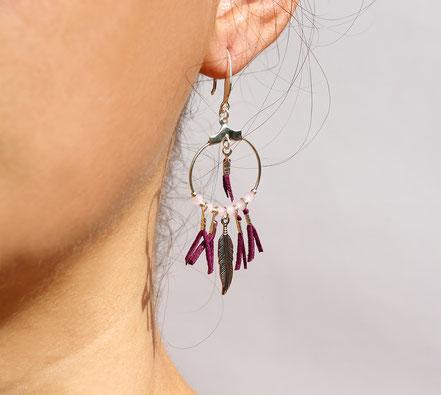 boucles oreille cuir, boucles oreille argent, boucles oreille plume, boucles oreille ethnique, bijoux fait main, bijoux ethnique-chic, bijoux raffiné, boucles d'oreille élégantes, bijoux cristaux de verre, bijoux franges de cuir, bijoux créateur, violet,