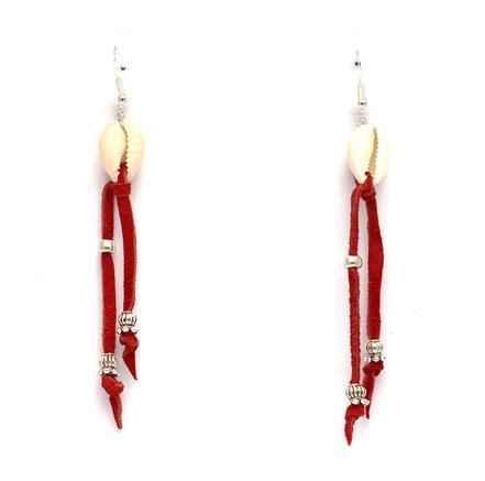boucles d'oreille créateur, boucles d'oreille cuir, bijoux créateur, boucles d'oreille franges, ethnique-chic, boucles d'oreille coquillage cowrie, bijoux fait main, franges de cuir, bijoux ethnique-chic, sarayana, boucles d'oreille franges de cuir rouge