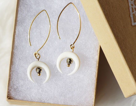 boucles d'oreille or, boucles d'oreille pyrite, boucles d'oreille lune os blanc taillé, boucles d'oreille raffinées élégantes