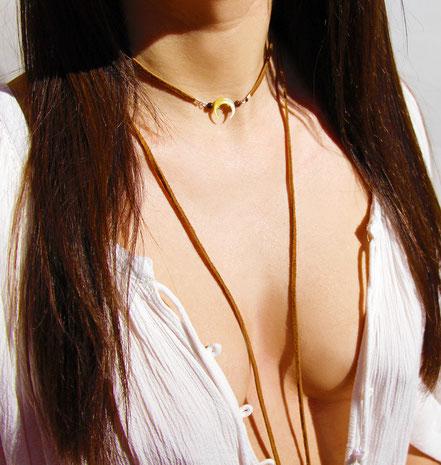 sautoir boho, lanière de cuir marron, bijoux lune en nacre taillée, collier long, ethnique-chic,