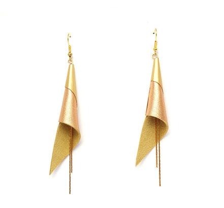 sarayana, bijoux fait main, boucles oreille cuir, bijoux cuir, doré, bijoux élégant, bijoux raffiné, boucles oreille cône, boucles oreille arum, arum de cuir, bijoux soirée, bijoux fête, plaqué or, bijoux  saumon brillant et or, bijoux moderne,