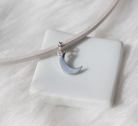 collier tour de cou, collier ras de cou, choker necklace, collier mini lune, collier lanière de cuir blanc, collier blanc et argent, collier lune, boho necklace