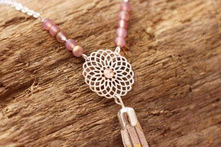 sarayana, bijoux cuir, sautoir cuir, sautoir pompon, sautoir bohème romantique, bijoux fait main, création bijoux, créateur bijoux, strass swarovski, hippie chic, sautoir rose poudré
