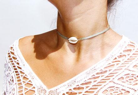 bijoux créateur, collier créateur, bijoux fait main, collier ras de cou, collier cuir, collier coquillage cowrie, collier court, collier argenté, lanière de cuir ras de cou, sarayana, ethnique-chic, bijoux cuir, collier cuir, bijoux d'été, bijoux plage,