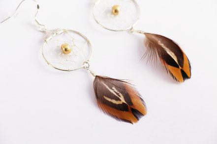 sarayana, bijoux attrape rêve, boucles d'oreille dreamcatcher, capteur de rêve, bijoux amérindien, ethnique chic, boucles d'oreille plume, bijoux fait main, doré marron