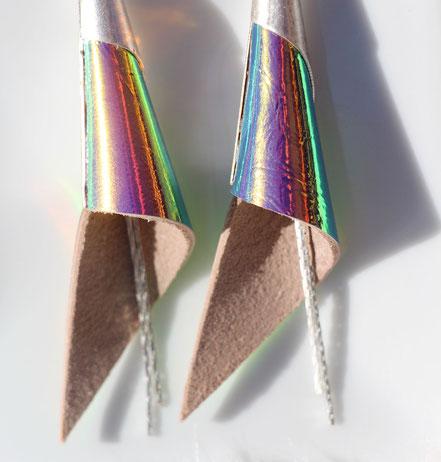 boucles d'oreille cuir holographique, boucles d'oreille cone, biou irisé arc en ciel, boucles d'oreille argent, bijou créateur