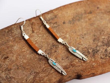 bijoux cuir, lanière de cuir, boucles d'oreille plume, argenté, cuir marron, bijoux fait main, bijou femme, sarayana