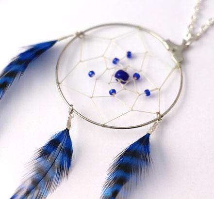 sautoir attrape-rêves, collier attrape-rêves, sautoir bleu électrique, sautoir fait-main, bijoux de créateur, sautoir plumes, bijoux plumes, collier long, cadeau fait main