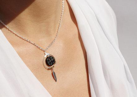 collier cuir, bijoux cuir, collier plume, collier argent, ras de cou, noir serpent, collier chaîne, bijoux créateur, bijou fait main, bijoux ethnique-chic, collier élégant, bijoux soirée, bijoux fin, collier raffiné, collier court,