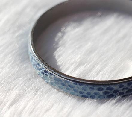 bracelet cuir peau de serpent bleu, bracelet bleu turquoise, bracelet bangle, bracelet manchette, bracelet plaqué argent, bijoux cuir serpent