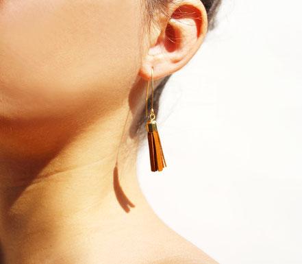 bijoux créateur, création bijoux, bijoux fait main, boucles d'oreille de créateur, bijoux de soirée, bijou moderne, boucles d'oreille de soirée, camel et doré, bijoux marron et doré, long crochet d'oreille, bijoux élégant