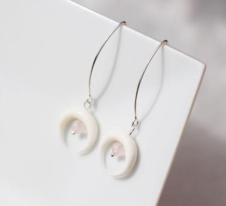 boucles d'oreille argent, long crochet d'oreille argent, boucles d'oreille quartz rose, boucles d'oreille lune os blanc taillé, bijou été, bijou de créateur