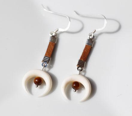 boucles d'oreille lune blanche os, boucles d'oreille cuir marron, boucles d'oreille oeil de tigre, boucles d'oreille argent, bijoux tendance, boho-chic