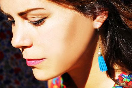 sarayana, création bijoux, créateur bijoux, boucles d'oreilles, boucles d'oreille pompon, pompon cuir, boucles d'oreille bleu électrique, boucles d'oreille cuir, bijoux cuir, boucles d'oreilles gipsy, ethnique, bohême