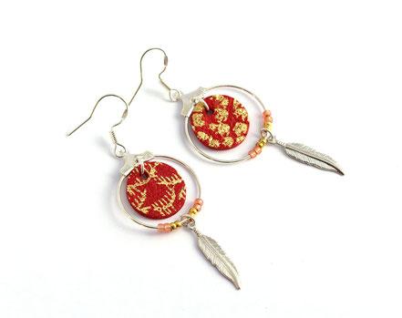 bijoux cuir, boucles d'oreille cuir, sarayana, bijoux rouge et argenté doré, bijoux doré, boucles d'oreille plume argent, bijoux ethnique-chic, bijoux fait-main, boucles d'oreille ethnique-chic, boucles d'oreille créôle, bijoux élégant, bijoux créateur