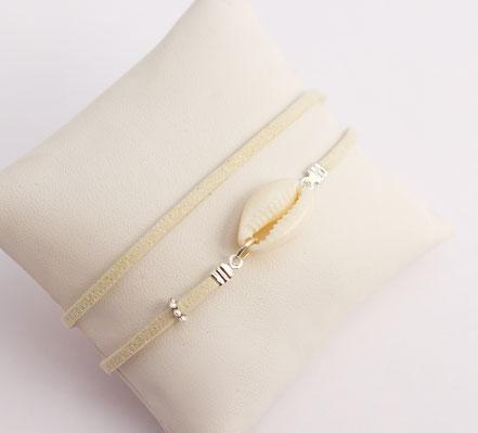bijoux créateur, bracelet créateur, bijoux fait main, bracelet cuir, bracelet double touts, bracelet multi tours, bracelet cowrie, bracelet blanc, bijoux été, bracelet été, bracelet cuir suédé, bracelet plage, bracelet coquillage, bijoux ethnique-chic