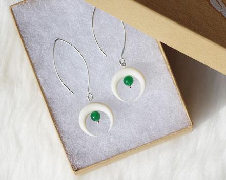 boucles d'oreille jade, boucles d'oreille lune os blanc taillé, boucles d'oreille argent, long crochet argent, bijou créateur